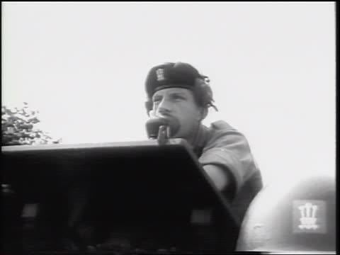 vídeos y material grabado en eventos de stock de british soldier in headphones talking into microphone outdoors / west germany / cold war - sólo hombres jóvenes