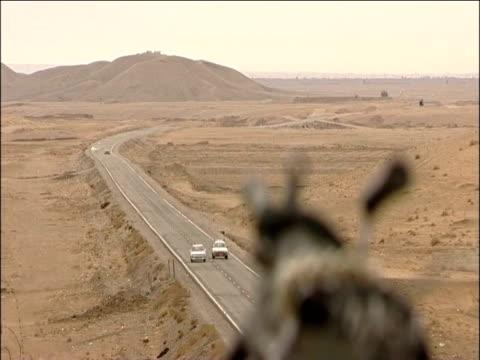 vídeos de stock e filmes b-roll de british soldiers guard over the highway one kandahar - kandahar