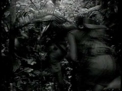 british soldiers in full gear weapons walking through jungle. soldiers walking around bushes jungle bg. xws fighter airplanes flying over jungle. wwii - south pacific ocean点の映像素材/bロール