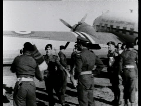 stockvideo's en b-roll-footage met british soldiers loading supplies between aircraft and lorries el gamil raf base suez crisis egypt 22 nov 56 - suezcrisis