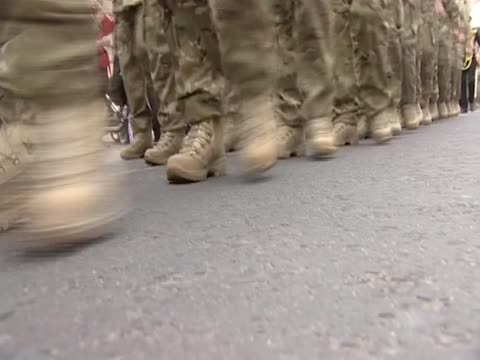 vidéos et rushes de british soldiers marching through streets - british military