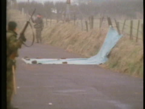 british soldiers patrol a lane in belfast where the ira killed three off-duty british soldiers. - war or terrorism or military点の映像素材/bロール