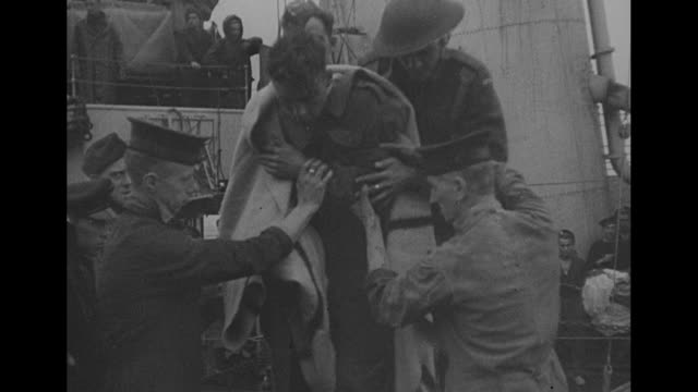 vidéos et rushes de vs british soldiers return to their ship during the battle of dieppe men step onto deck of boat wounded men are assisted motor launch with other... - pansement médical