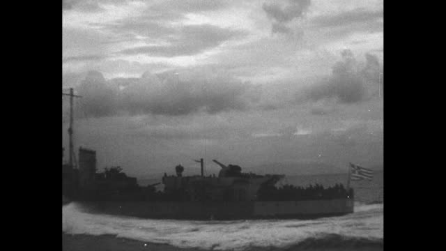 vídeos y material grabado en eventos de stock de british soldiers stepping off barge onto pier / shot from ship of coast at sunset / shot from ship of british warship / two shots from ship of barges... - world war ii