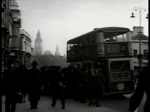 vidéos et rushes de british soldiers walking on street big ben clock tower bg london street pedestrians bus soldiers manning antiaircraft post pilots walking on air... - 1941