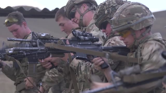 british soldiers with irish guards and u.s. marines with marine rotational force-europe cross train weapon systems during exercise agile spirit 2019... - britisches militär stock-videos und b-roll-filmmaterial
