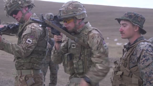 vidéos et rushes de british soldiers with irish guards and u.s. marines with marine rotational force-europe cross train weapon systems during exercise agile spirit 2019... - armement