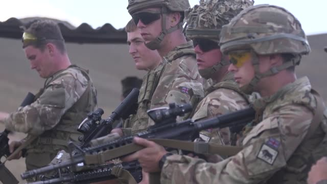 stockvideo's en b-roll-footage met british soldiers with irish guards and us marines with marine rotational forceeurope cross train weapon systems during exercise agile spirit 2019 in... - britse leger