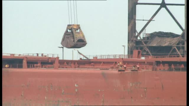 vidéos et rushes de ravenscraig closure; scotland: ravenscraig: ext vs cranes unloading coal ship 'ravenscraig' at jetty int ls molten metal strip along rolling mill /... - acier