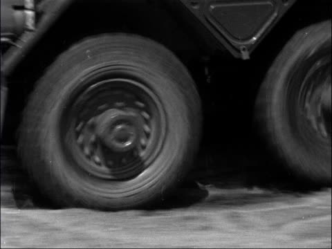 vídeos y material grabado en eventos de stock de british tanks engaged in exercises / general speidel inspects troops; england: dorset: lulworth / hertfordshire: bovingdon: ext centurion tank over... - soldado romano