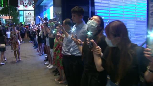 british travellers warned their phones could be checked at hong kong border amid human chain protests hong kong prodemocracy protesters hold hands to... - menschenreihe stock-videos und b-roll-filmmaterial