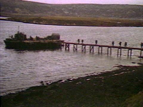 vídeos de stock e filmes b-roll de british troops arrive at san carlos water during the falklands crisis - ilhas malvinas