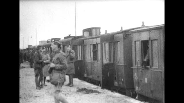 wwi british troops exit a troop train / soldiers in a long line place their rucksacks in front of them / soldiers wearing tam o'shanters pull a wagon... - 第一次世界大戦点の映像素材/bロール