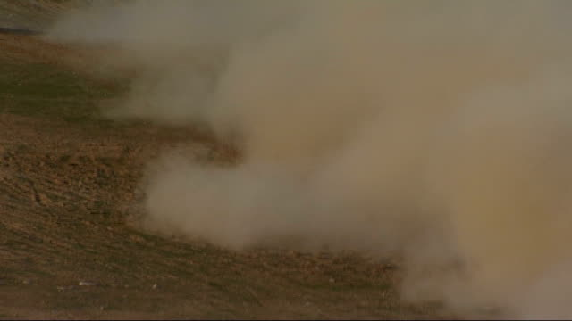 british troops in helmand province; british army vehicles along throwing up large clouds of dust and dirt - forze armate britanniche video stock e b–roll