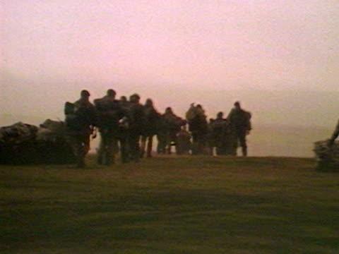 vídeos de stock e filmes b-roll de british troops march across a barren landscape during the falklands crisis - ilhas malvinas