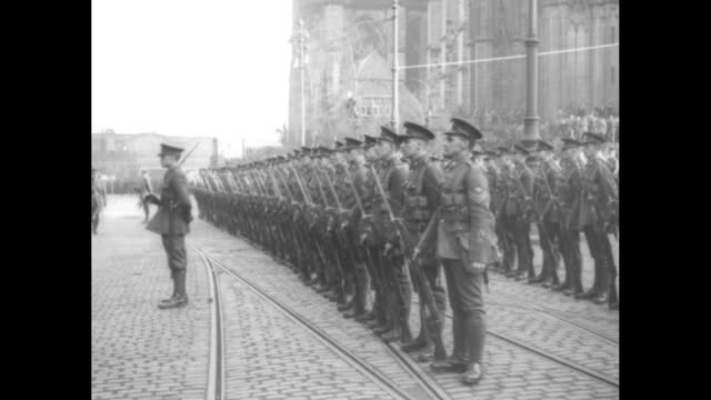 british troops with upraised rifles and bayonets marching on a cobbled street with streetcar tracks; they come to a stop and stand at attention /... - passenger 個影片檔及 b 捲影像