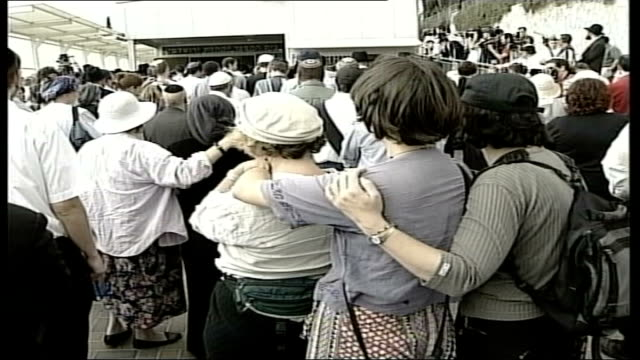 vídeos de stock, filmes e b-roll de british victim of bus bomb dies/arafat compound attacked israel jerusalem ext following seq has funeral oration over ms mourners weeping at funeral... - ramallah