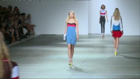 british vogue editor backs skinny models on the catwalk; r13091402 / england: london: int **music heard sot** models along catwalk during topshop show - ほっそりした点の映像素材/bロール