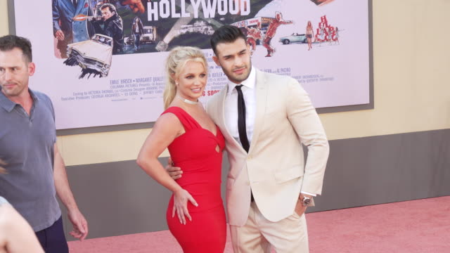 stockvideo's en b-roll-footage met britney spears and sam asghari at the once upon a time in hollywood premiere at tcl chinese theatre on july 22 2019 in hollywood california - première