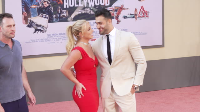 "vidéos et rushes de britney spears and sam asghari at the ""once upon a time in hollywood"" premiere at tcl chinese theatre on july 22, 2019 in hollywood, california. - célébrité"