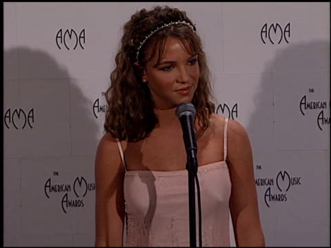 stockvideo's en b-roll-footage met britney spears at the 1999 american music awards press room at the shrine auditorium in los angeles california on january 11 1999 - 1999