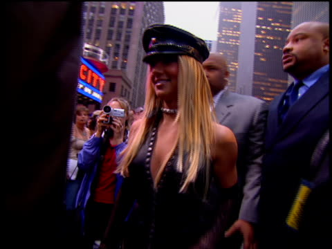 britney spears is attending the 2002 mtv video music awards red carpet - 2002 bildbanksvideor och videomaterial från bakom kulisserna