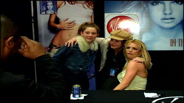 britney spears signing her album in the zone at the virgin megastore in times square for fans - 2003年点の映像素材/bロール