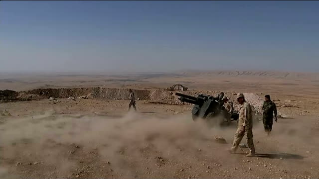 britons joining kurdish forces in fight against islamic state t29091440 / tx mount zartak ext various of kurdish soldiers loading ordnance qf... - kurdischer abstammung stock-videos und b-roll-filmmaterial