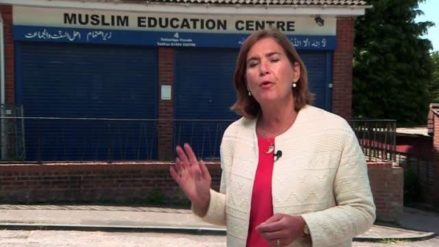 britons talha asmal and thomas evans die fighting for islamic state high wycombe ext reporter to camera outside muslim prayer centre - バッキンガムシャー点の映像素材/bロール