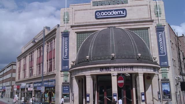 pov brixton 02 academy exterior / london, england, united kingdom - ブリックストン点の映像素材/bロール