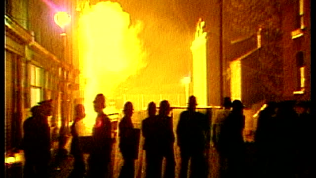 vídeos de stock, filmes e b-roll de community marks its 30th anniversary tx 1241981 england london brixton police officers with shields in road in front of big fire - brixton