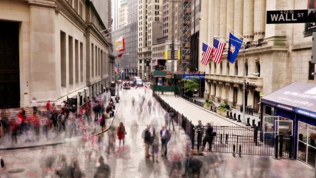 vídeos de stock, filmes e b-roll de broad street and new york stock exchange - wall street