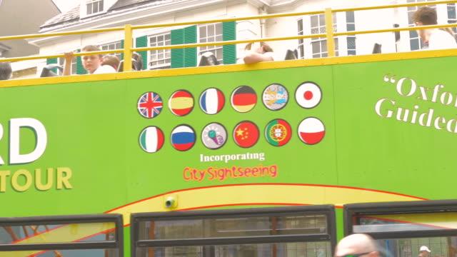 vídeos y material grabado en eventos de stock de broad street,oxford,tourist bus,td - letrero de tienda