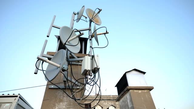vidéos et rushes de équipement de radiodiffusion sur un toit - antennes
