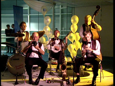 itn 40th anniversary reception jazz band playing / sissons and others talking / gall and former itn reporter richard lindley talking with others /... - jon snow journalist stock-videos und b-roll-filmmaterial