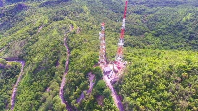 TV-Broadcasting toren op groene berg met drone, luchtfoto