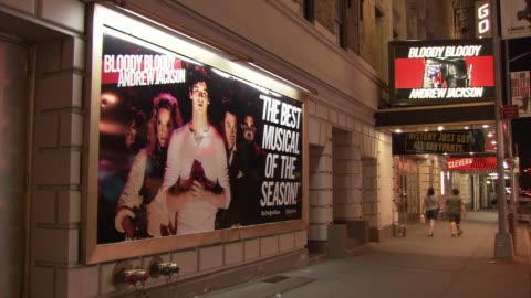 vídeos de stock, filmes e b-roll de ws broadway billboard and marquee: bloody bloody andrew jackson, night / manhattan, new york city, new york, usa - letreiro de teatro