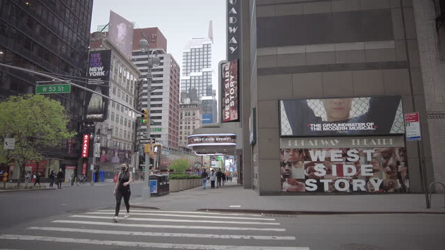 vídeos de stock e filmes b-roll de broadway new york city which was closed during coronavirus pandemic. - arte, cultura e espetáculo
