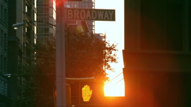 vidéos et rushes de broadway sign in sunset - signalisation routière lumineuse