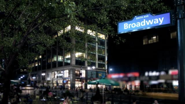 vídeos de stock, filmes e b-roll de rua broadway à noite, nova iorque - vinheta