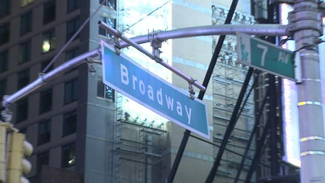 vídeos de stock, filmes e b-roll de hd: broadway street se - placa de estrada