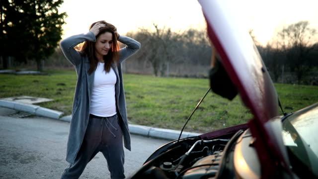 trasig bil och kvinna - felmeddelande bildbanksvideor och videomaterial från bakom kulisserna