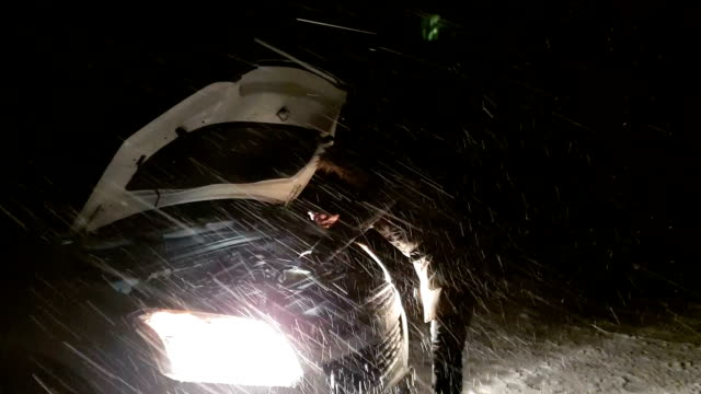 trasig bil på en snöig vinterväg - trasig bildbanksvideor och videomaterial från bakom kulisserna