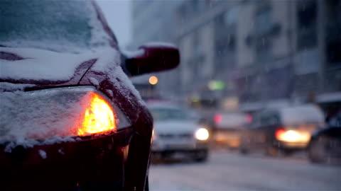 vídeos y material grabado en eventos de stock de coche rota en la nieve de camino noche de helado invierno - esfuerzos problemas