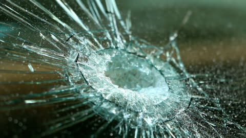 kaputtes auto windschutzscheibe. unfall auto. selektiven fokus - wrack stock-videos und b-roll-filmmaterial