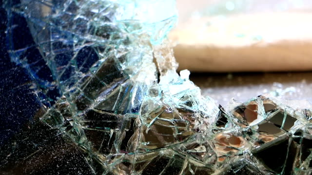 zerbrochene auto-windschutzscheibe. unfall mit dem auto. selektiver fokus - windschutzscheibe stock-videos und b-roll-filmmaterial