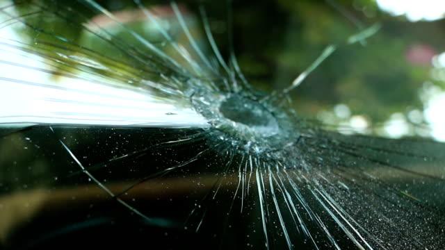 vídeos de stock, filmes e b-roll de pára-brisa do carro quebrado. - para brisa