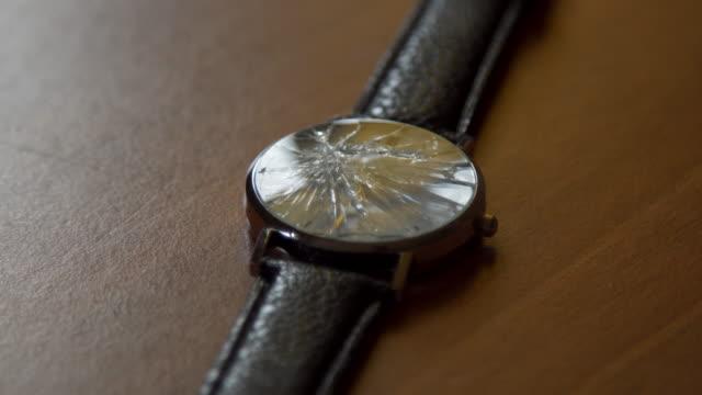 壊れた時計の顔の修理 - 腕時計点の映像素材/bロール