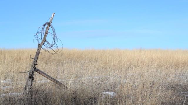 stockvideo's en b-roll-footage met broken fence rural wyoming - houten paal