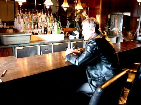vídeos de stock, filmes e b-roll de broken homem no bar com bancos barman pacotes - batendo com a cabeça na parede